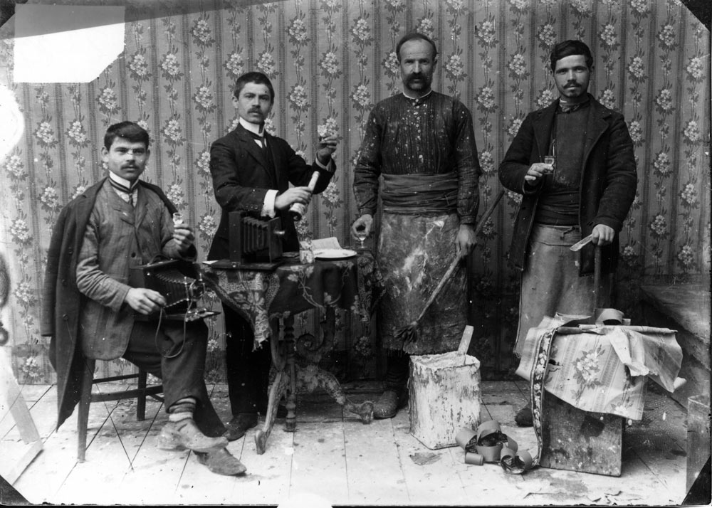 Јанаки и Милтон Манаки со мајсторите што го градат фотоателјето во Битола (1904 г)