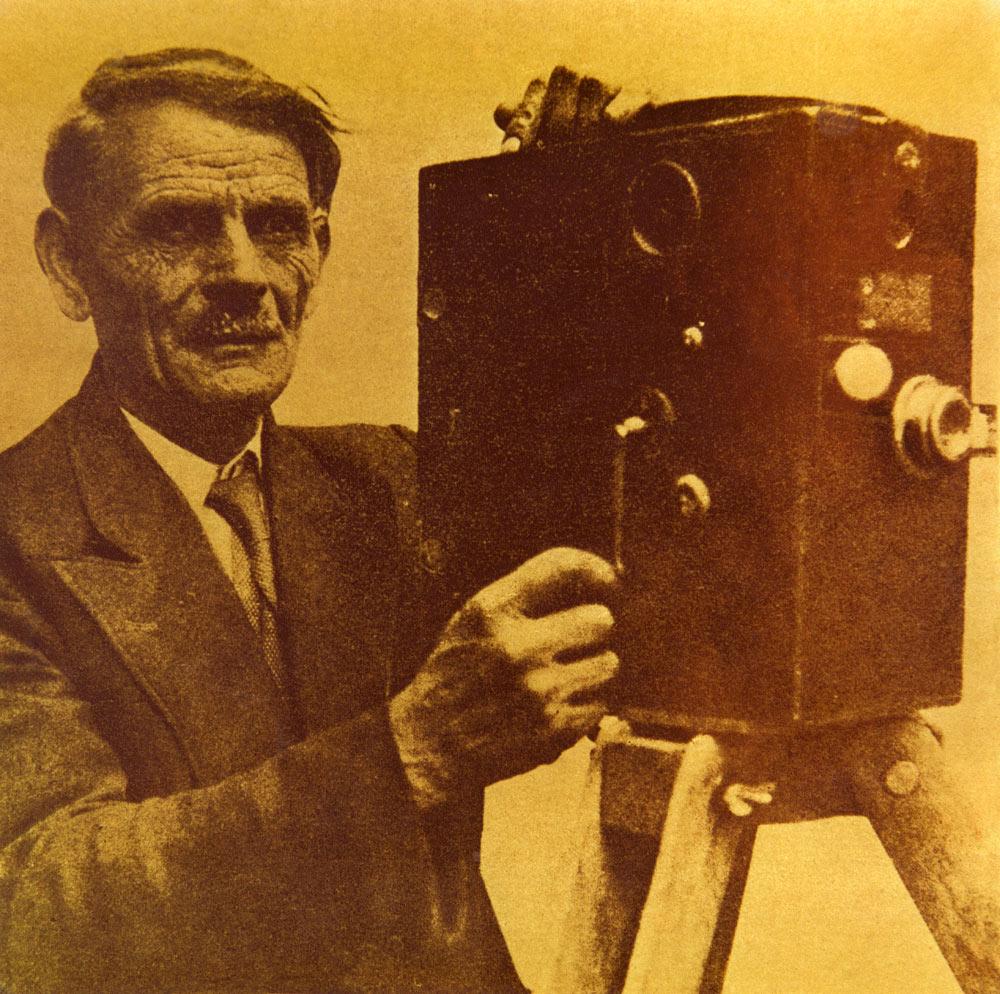 Милтон Манаки со камерата Bioscope 300