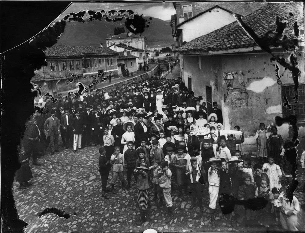 Свадбена поворка снимена на денешна ул. Солунска, Битола 1904/05 г